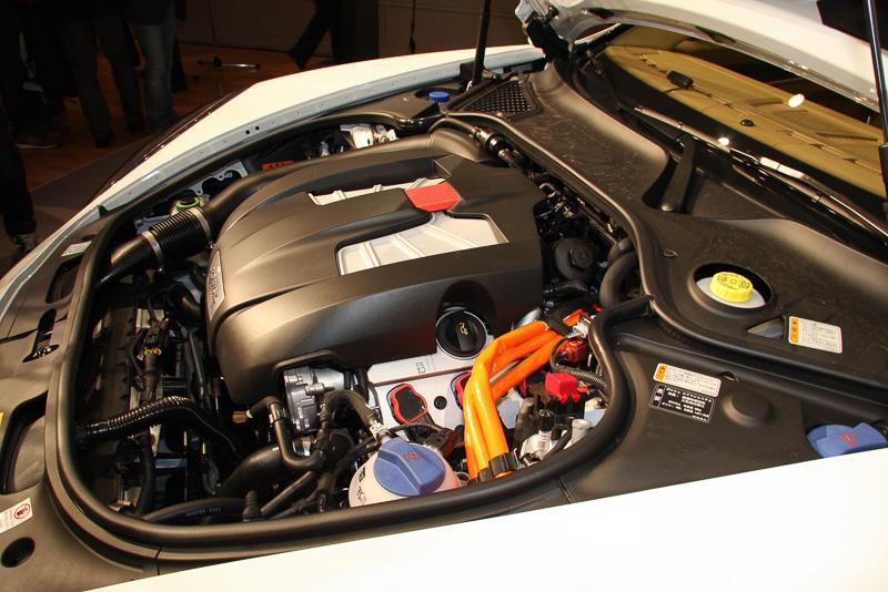 V型6気筒3.0リッターのスーパーチャージャーエンジンを搭載。エンジンとトランスミッションの間にハイブリッド・モジュールが組み込まれる