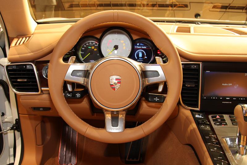 コニャックカラー内装のインテリア。メーターパネルには中央のタコメーターにe-hybridのロゴが入るほか、タコメーター左右に「パワーメーター」と「ハイブリッドメニュー」が設置されている