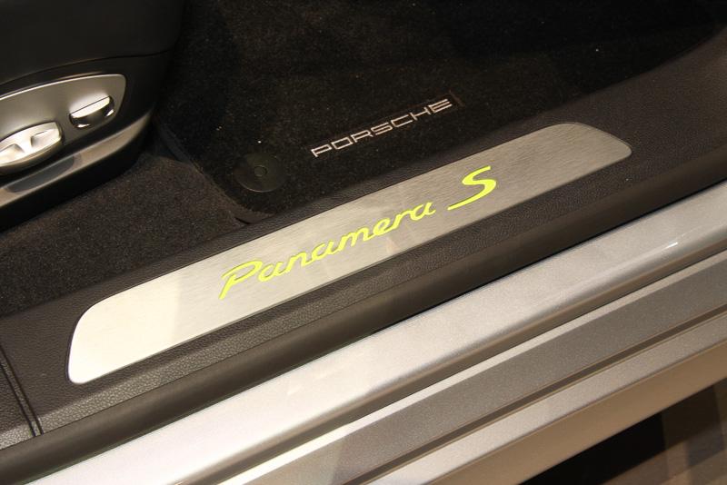 ブラックカラー内装の撮影車にはアシッドグリーンの車名ロゴが入ったスカッフプレートが前後ドア両方にオプション装着されていた