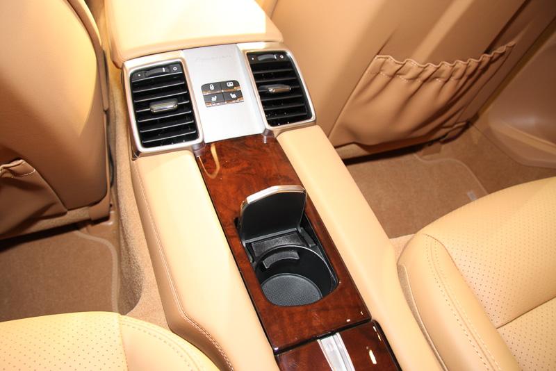 全車4人乗りのパナメーラはリアシートにもセンターコンソールを備え、ドリンクホルダーや収納スペースを設定