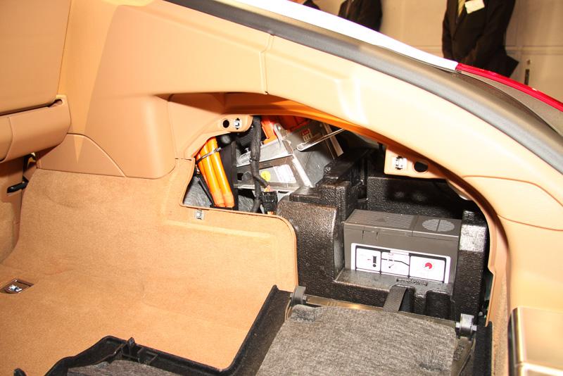 走行用のリチウムイオンバッテリーをラゲッジフロア下に配置するパナメーラS E-ハイブリッドは、補機類用のバッテリーなどをラゲッジ両サイドに移動。左サイドにはDC12V電源ソケットも用意する
