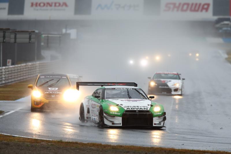 大雨のなかでのレースを制したのは、学生もチームに参加するスリーボンド日産自動車大学校GT-R