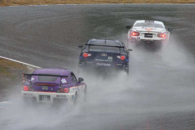 マツダ、トヨタ、ホンダの国内3メーカーによる雨中のFR対決!
