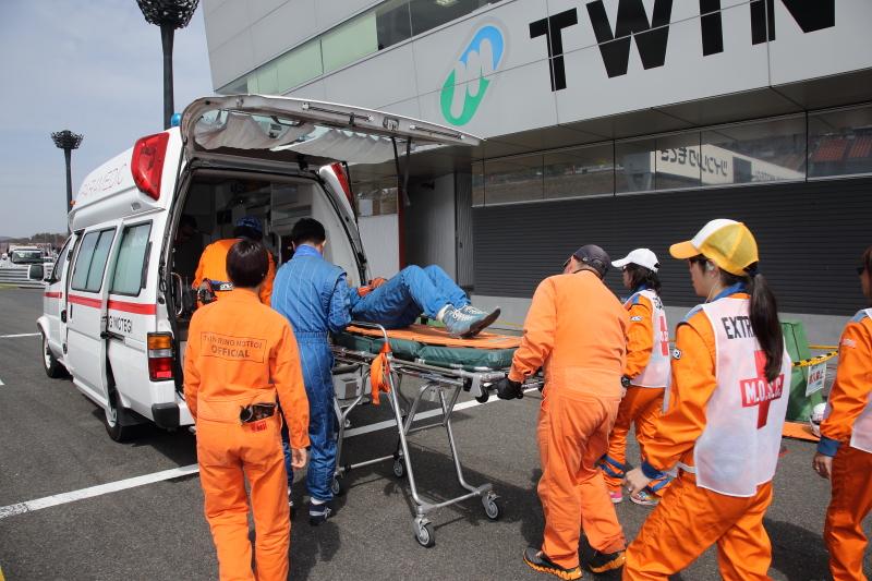 レスキューオフィシャルによって万が一の際の救出訓練がファンの前で行われた。ツインリンクもてぎには高規格救急車が常時配備されている
