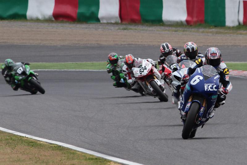 2周目で秋吉選手がトップに。中須賀選手以下5台がトップグループを形成した