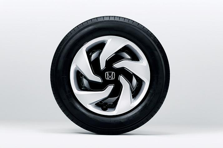 15インチタイヤ用のフルホイールキャップはレイヤードフィンタイプにデザイン変更