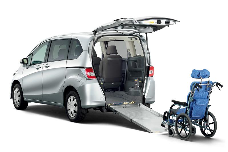 フリードのみに設定される「車いす仕様車」。4人乗りが233万2000円。6人乗りが237万2000円