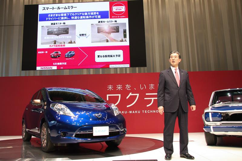 スマート・ルームミラーを6月に発売すると発表する日産自動車 副社長の片桐隆夫氏