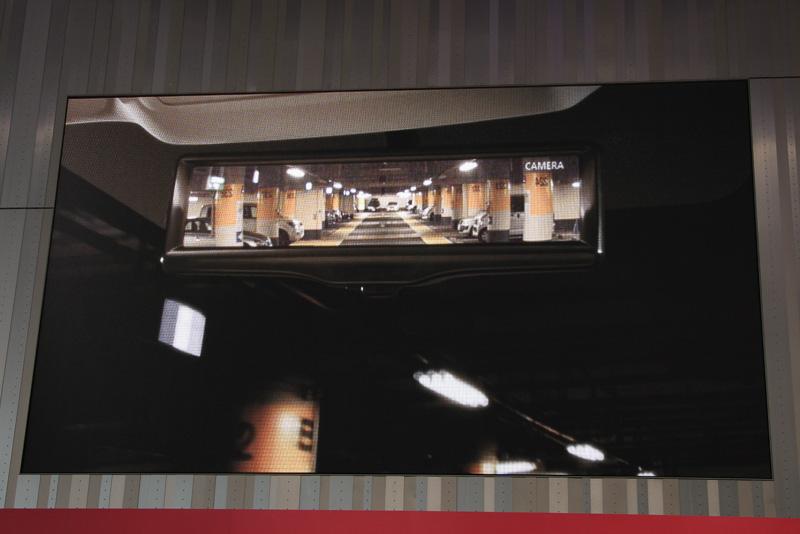 6月からエルグランドとエクストレイルにディーラーオプション設定されるスマート・ルームミラー。カメラ映像を使うことで、朝夕の逆光や後続車のヘッドライトに影響されないクリアな後方視界を実現する