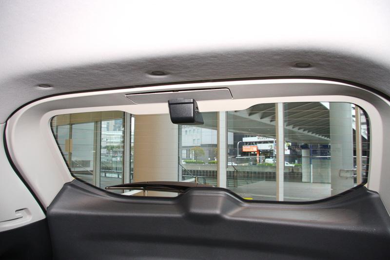 エクストレイルはルーフ側から、エルグランドではガラス面の下側にリアカメラを設置。高い位置にカメラを設置するほうが視界的に有利になるが、リアワイパーの作動エリアの都合から、エルグランドでは下側にカメラを固定している