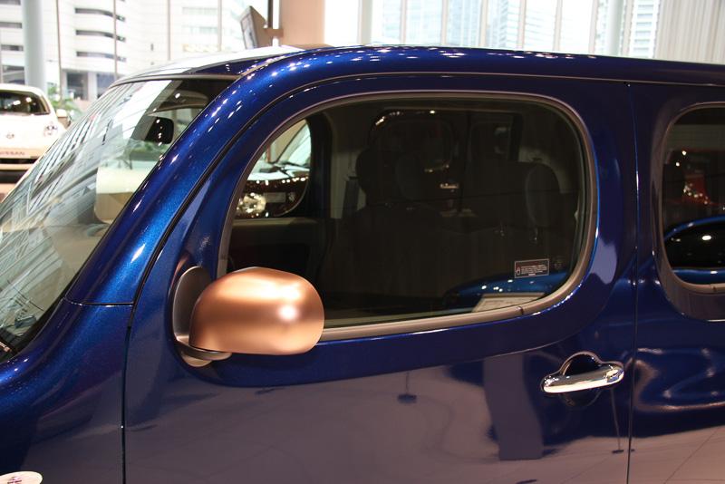 ブロンズカラーのドアミラーとクローム仕上げのドアハンドルを装備