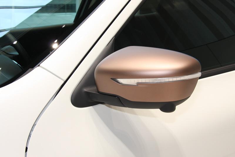 通常は3万7800円高となる「ブリリアントホワイトパール」のジューク。ブロンズカラーのドアミラーやクローム仕上げのドアハンドルを備える