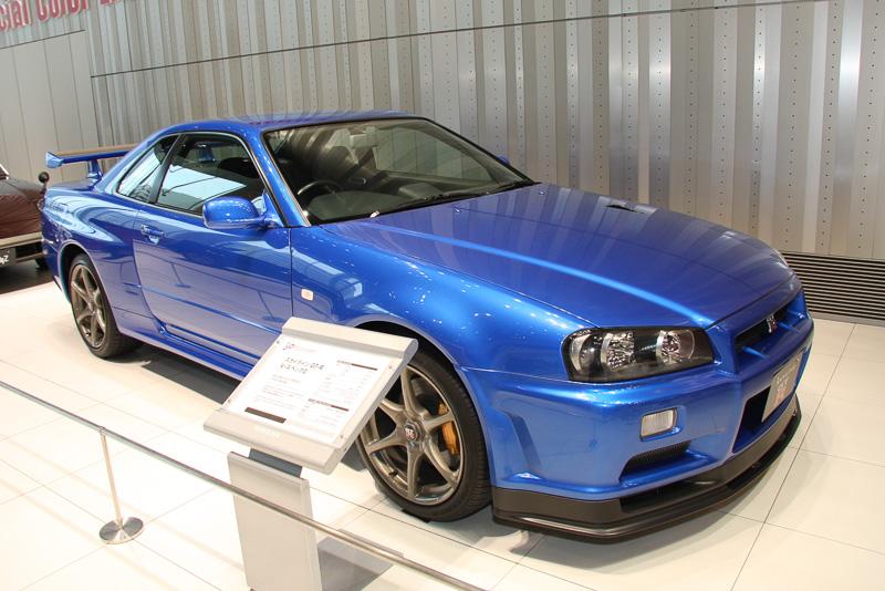 ベイサイドブルーメタリックのスカイライン R34 GT-R V-スペックII