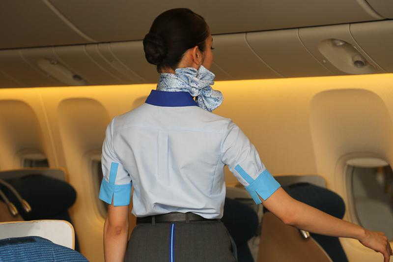 客室乗務員用の新制服。「優雅かつブランドを体現し、世界のリーディングエアライングループとしての機内サービス品質の高さを感じていただくこと」がコンセプト