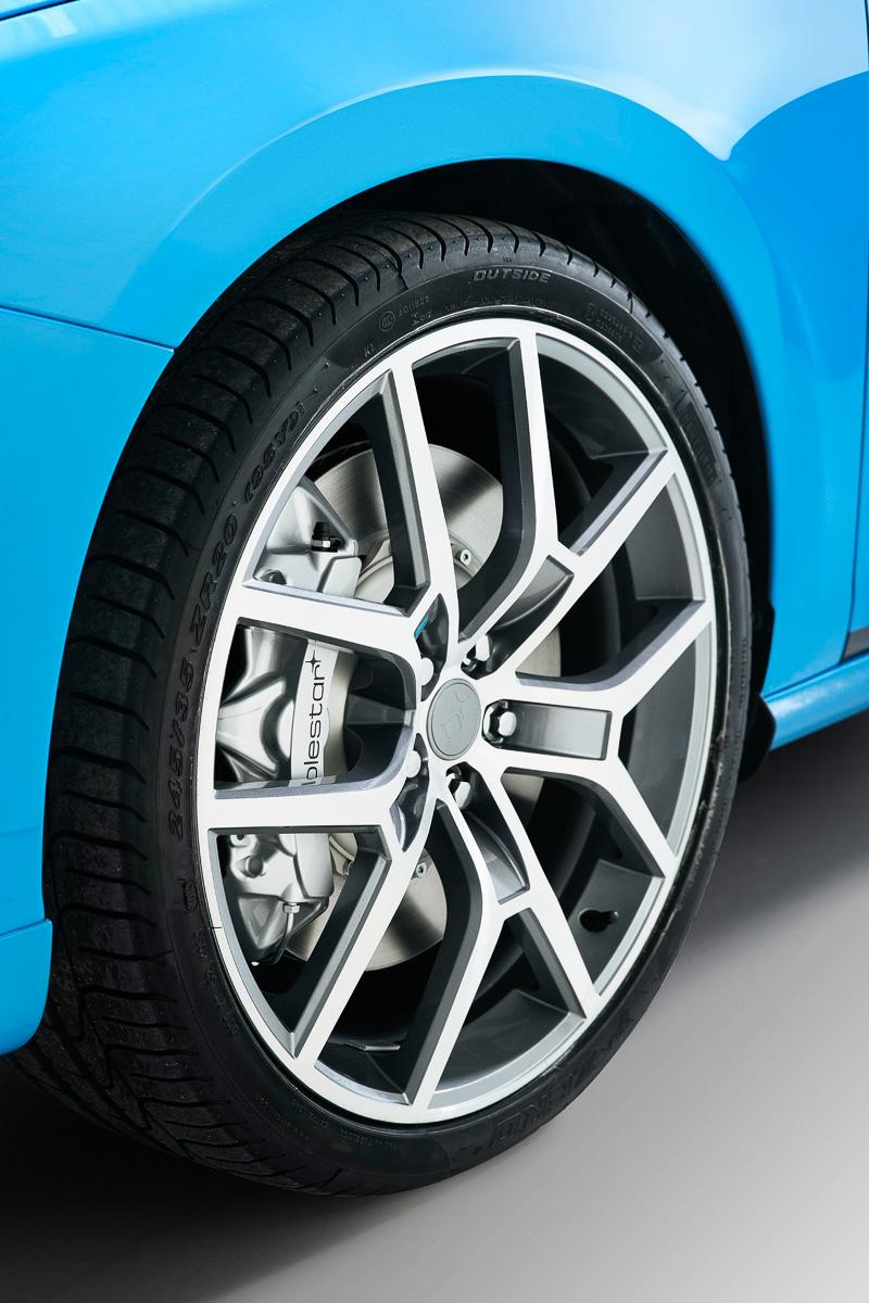 ポールスター専用デザインの20インチアルミホイールを採用し、タイヤサイズは245/35 R20となる。足まわりでもベースモデルからスプリングレートを80%高め、オーリンズ製の専用ショックアブソーバーを組み合わせる
