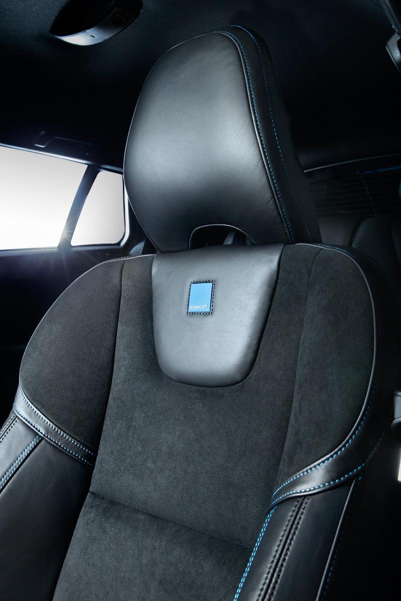 2種類の表皮を組み合わせた本革シート。シートバック中央上部にポールスターのロゴマークが縫い付けられ、シート全体にブルーのステッチが入る