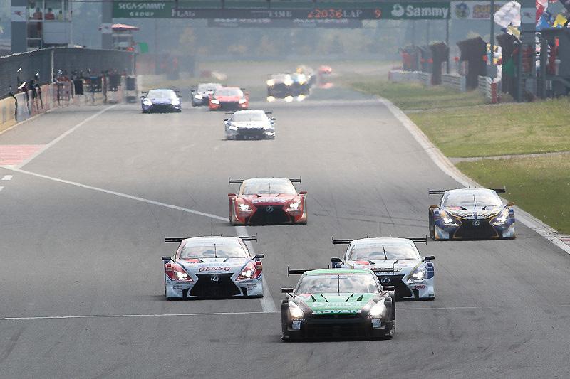 6位の24号車 D'station ADVAN GT-Rの後方にトヨタ勢