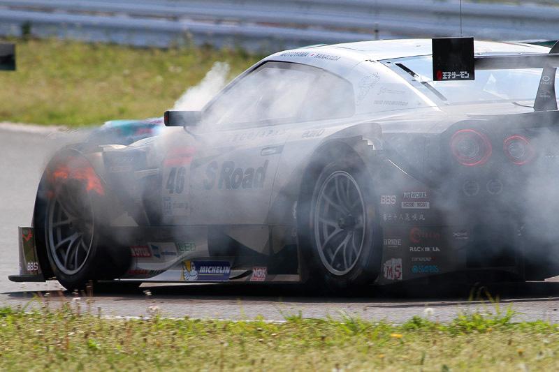 エンジンから出火しフェンダーから炎が出る
