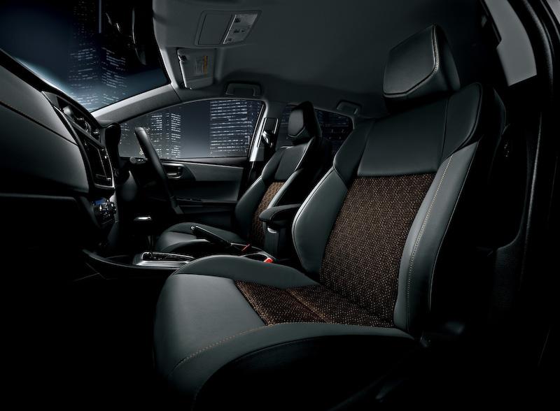 """オーリス特別仕様車 150X""""Blackish Lounge""""のインテリア。全体的に上質感を高めた仕様になっている"""