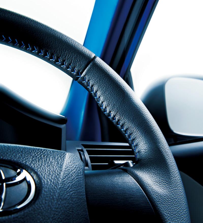 インテリアではピラーからルーフにかけた内張りをブルー色にするとともに、本革巻き3本スポークステアリング、本革巻きシフトノブ(CVT車)、シート表皮(フロント)などにブルーステッチをあしらっている