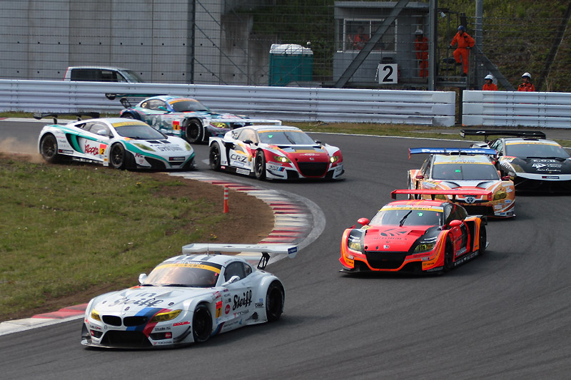 2周目の1コーナーで2号車が0号車のインを狙い、軽く接触するが大きなダメージはなし。予選3位の55号車は5位に後退