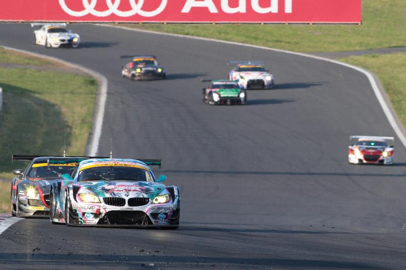 4号車と11号車のテール・トゥ・ノーズの争いは20周以上続いたが、4号車が逃げ切って開幕2連勝