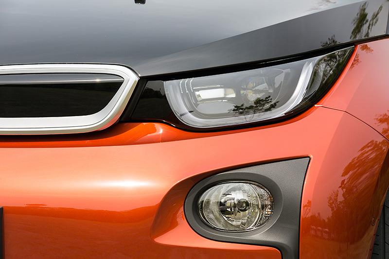 i3はハロゲンヘッドライトが標準装備となるが、撮影車はオプションのLEDヘッドライトを装着