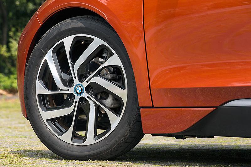 フロント155/70 R19、リア175/60 R19という前後異形のタイヤを装着するのがi3レンジエクステンダーの特長の1つ。撮影車はオプションの19インチ BMW iライト・アロイ・ホイール タービン・スタイリング428を装着
