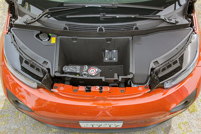 i3レンジエクステンダーのエンジンはリアに搭載されるため、フロントフード下は収納スペースが用意される