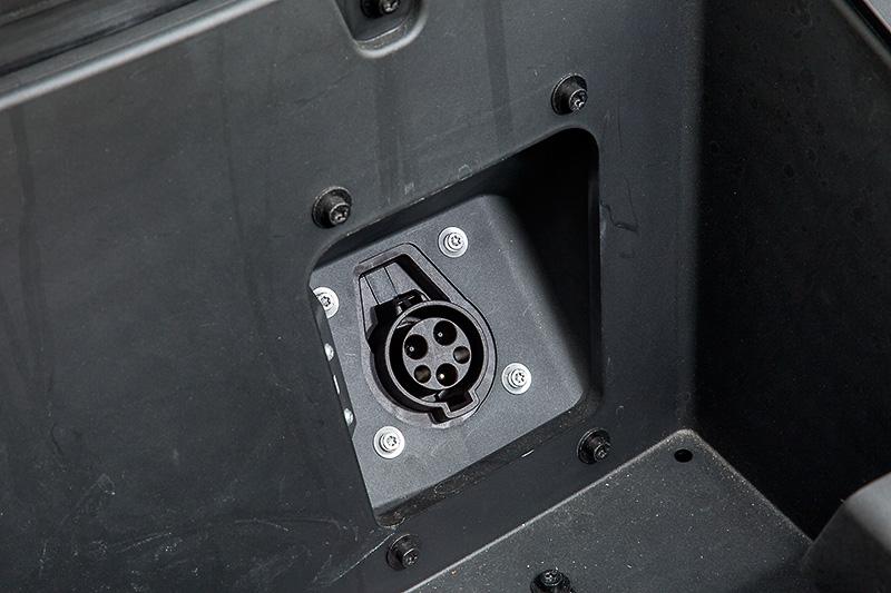 フロントフード下の収納スペースに普通充電用の充電口があり、普通充電(200V/15Aの場合)の場合は約8時間で満充電にできる