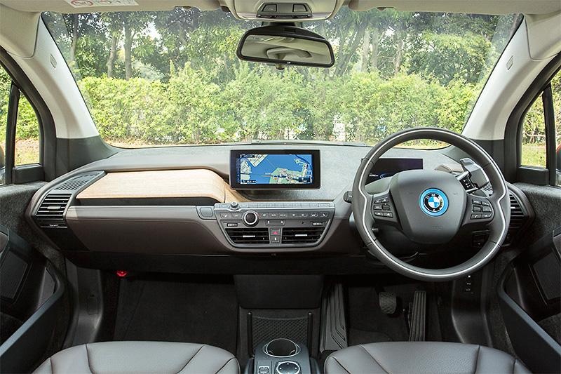 ナチュラルとモダンの融合を図ったインテリアのテーマは「次の時代のプレミアム」。撮影車のインテリアは、シートやインストルメントパネルにブラウンカラーの天然なめし加工レザーをあしらった「BMW i インテリア・デザイン SUITE」仕様。インストルメントパネルに使われるユーカリ・ウッドが車内に明るさをもたらしている