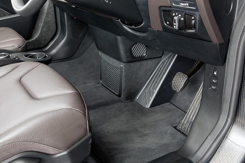 フロントシートの足下は左右に遮るものがなく、フラットな空間が広がっている