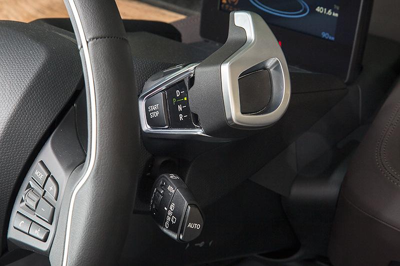 セレクターレバーはステアリングの右側に配置。スタート/ストップボタンもこのレバーにある