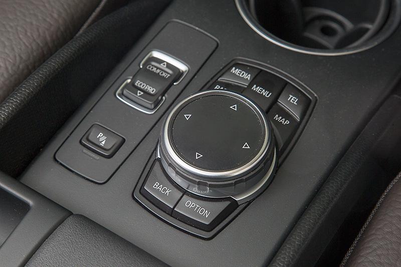 カーナビなどの操作はセンターコンソールにあるiDriveコントローラーで行う