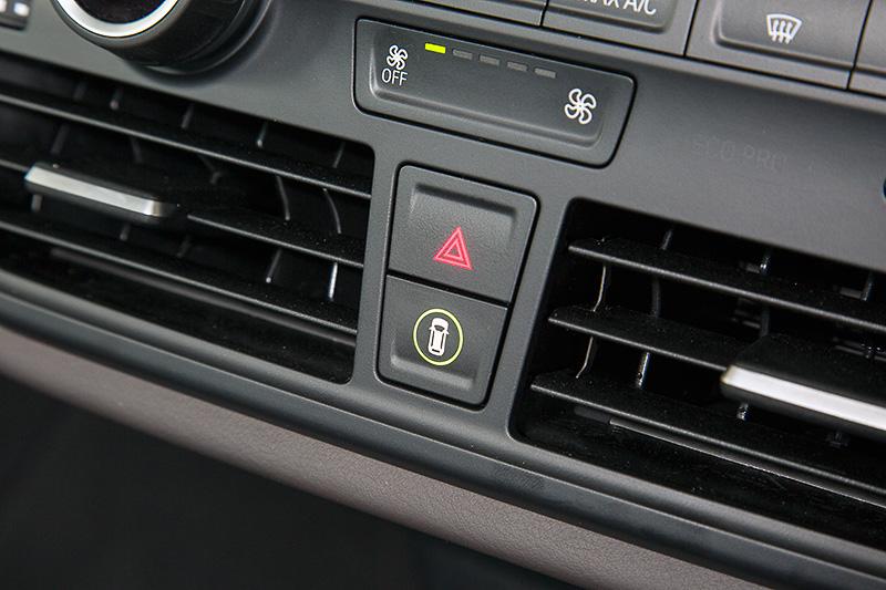 車両の前方/後方にある障害物との距離を、信号音とともに表示でアナウンスするPDC(パーク・ディスタンス・コントロール)を標準装備