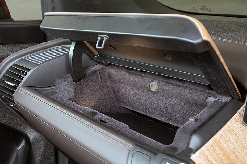 助手席側のインストルメントパネル上部に収納スペースが用意される