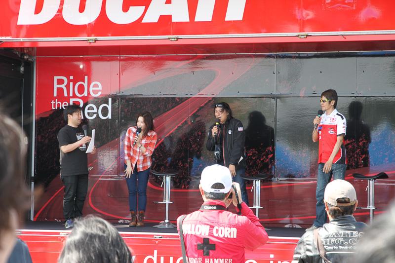 ステージでのオープニングイベントでは、鈴鹿8耐でシュワンツ選手とペアを組む辻本聡選手、末飛登さん、多聞恵美さんがトークショーを繰り広げた