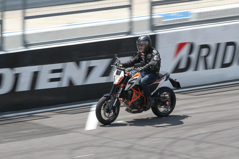 スタンド前、結構いい感じでスピードが出ている。690 DUKE Rはワイルドで楽しいバイクでした