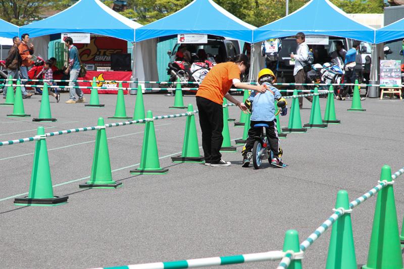 補助輪なしで自転車にチャレンジ。誰もが通る道である、頑張れ!
