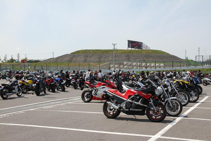 サーキットクルージングの参加待ち、あるいは駐車中というバイクたち。その数なんと1500台以上!