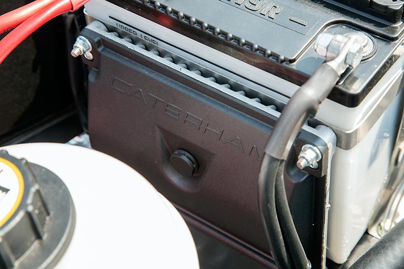 バッテリーの前方側に固定されたECU。これを160専用品に入れ替えることで、エンジンが最高出力80PSを発生するようになる
