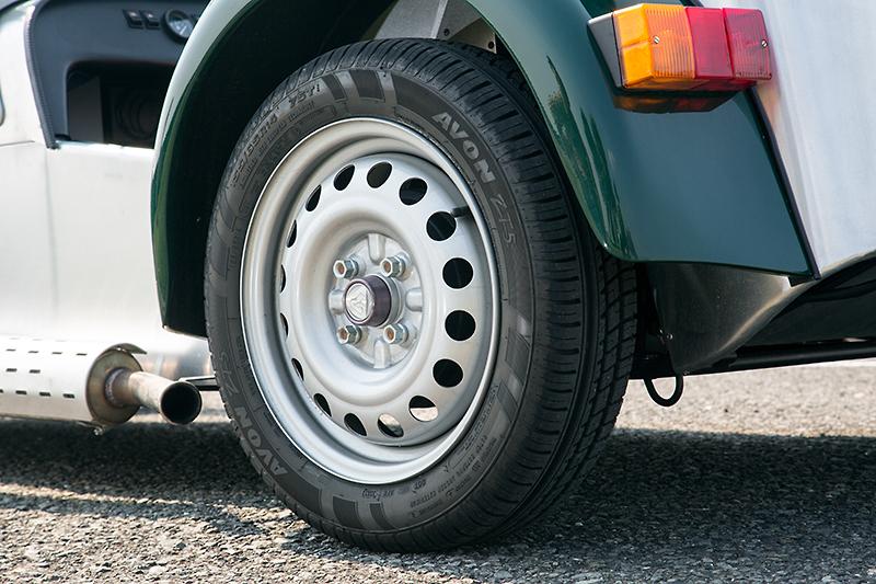 イギリスのタイヤメーカーであるエイボンの155/65 R14タイヤを4輪に装着。4.5Jのスチールホイールと組み合わせる