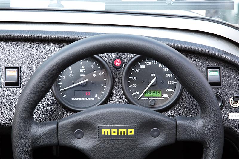 2連式のメーター。速度計は260km/hスケール