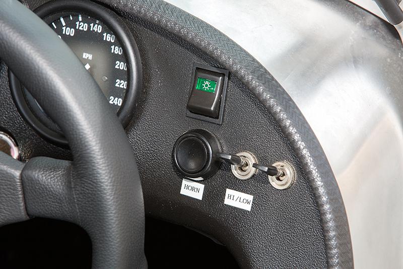 メーターパネルの右側には、ボタン式のホーンとヘッドライトのハイ/ローを切り替えるトグルスイッチを用意