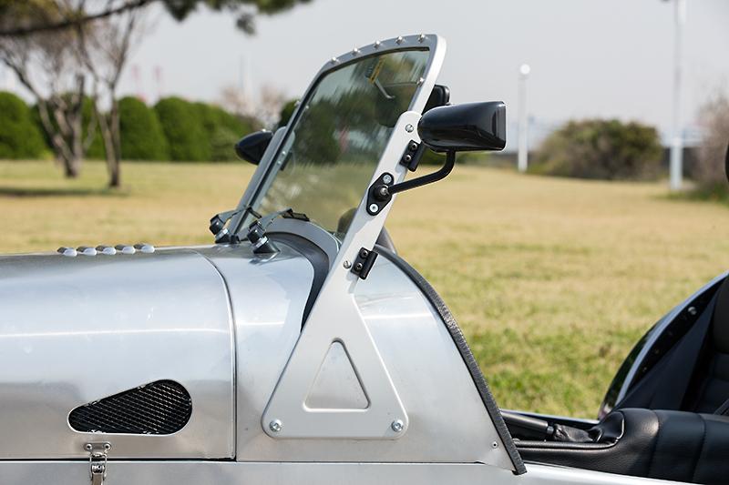 自動車のフロントウインドーとしては珍しい、平らなガラスを使用。ワイパーブレードも直線状の独特の形状