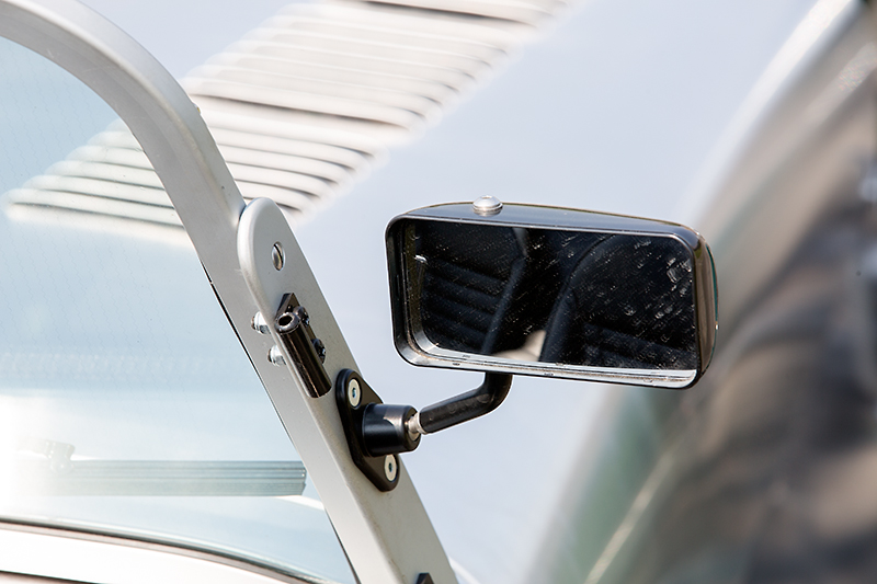 ミラー類はフロントウインドーに固定されている。ミラー支持部の少し上にある黒いパーツは、ソフトトップ&ドアを装着するときに使うキャッチ部分