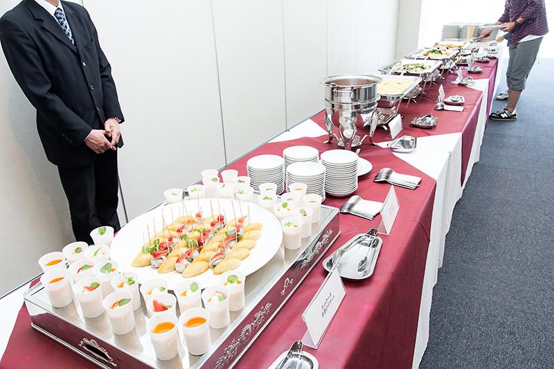 お昼時にはブッフェ形式で食事やデザートが提供されていた