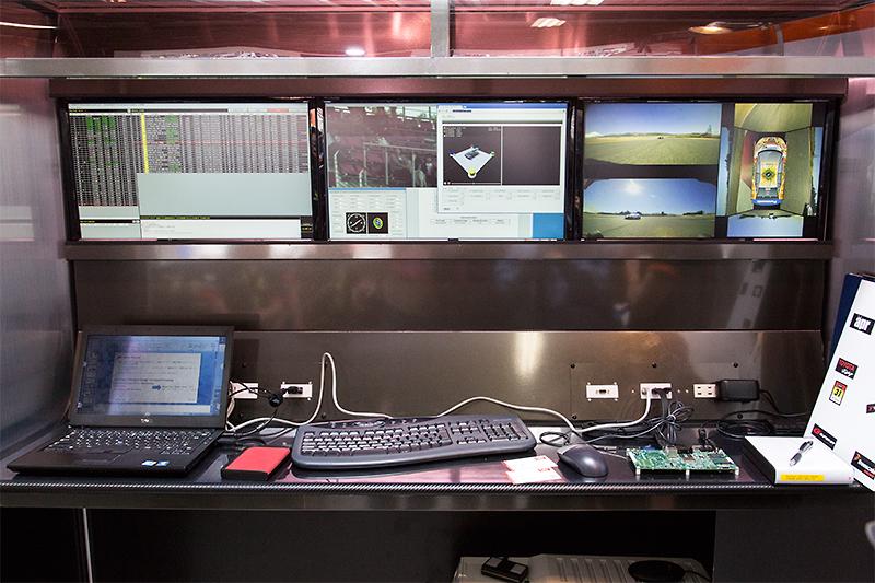 31号車 OGT Panasonic PRIUSのピットにあるモニター群