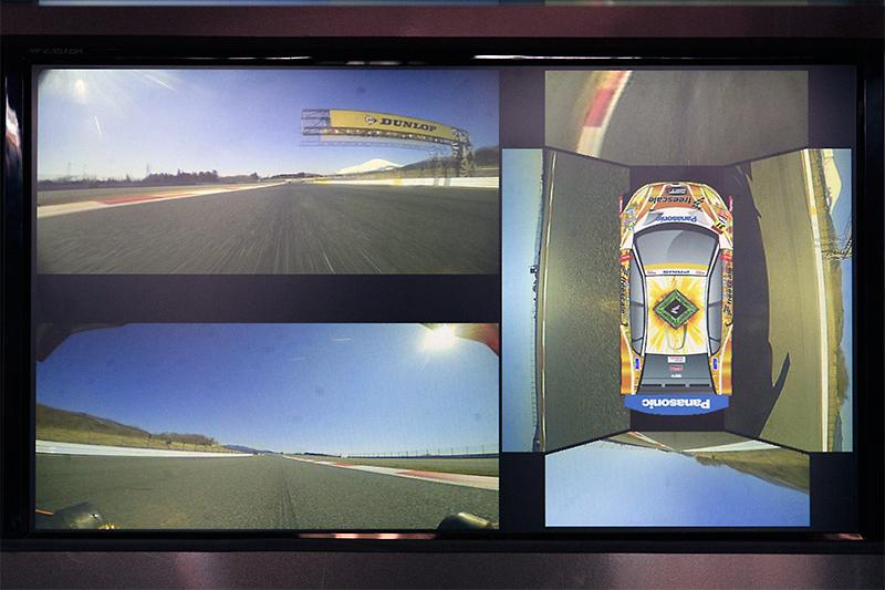 車載カメラからの映像をもとに、周囲の状況を映し出している