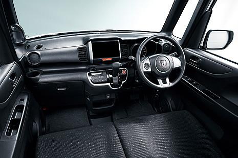 N-BOX 特別仕様車SSパッケージで採用するブラックインテリアでは、インパネ、シート表皮、フロアカーペット、テールゲートライニング色(2トーンカラースタイルを除く)がブラックになる